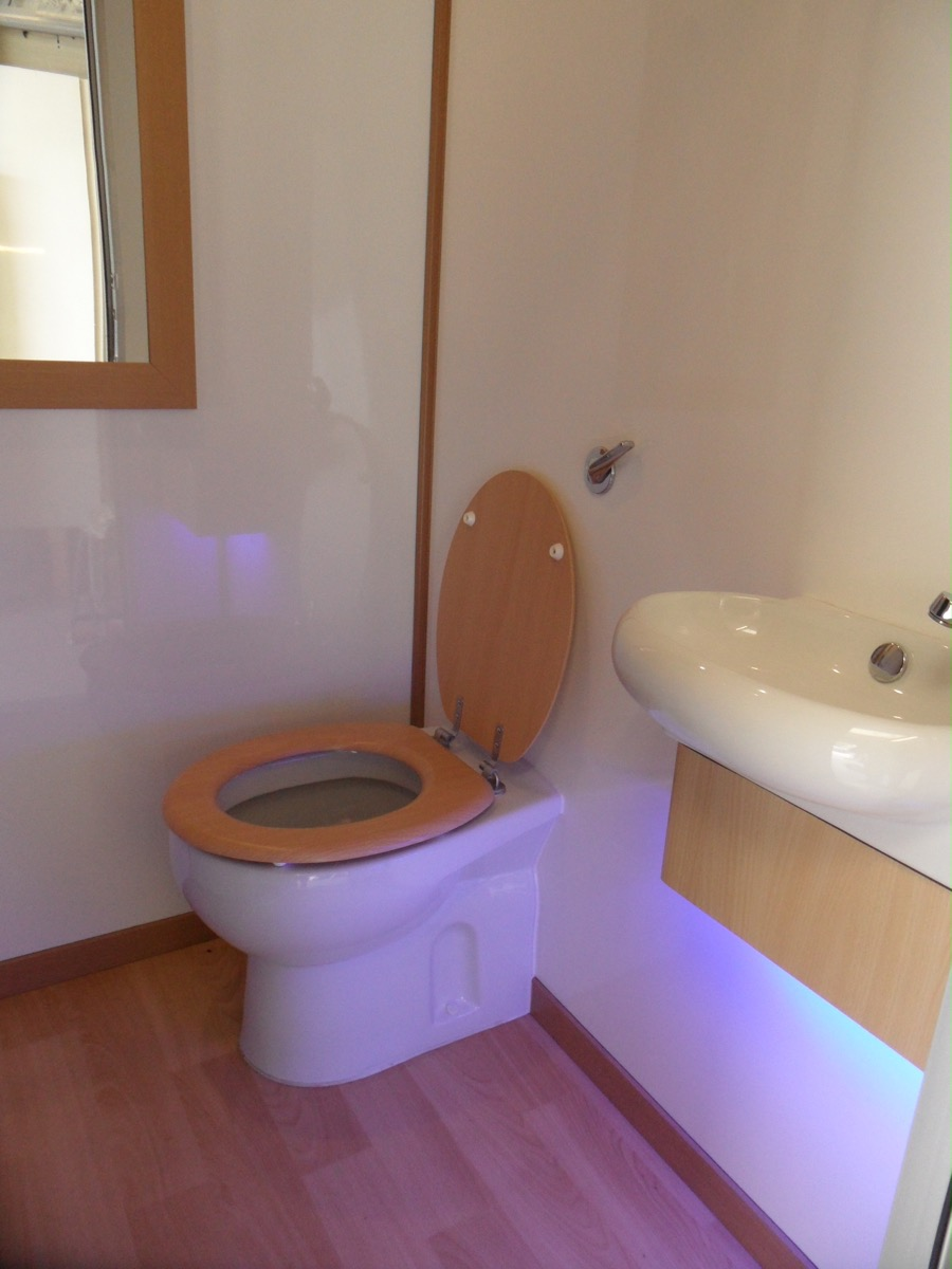Deluxe loos luxury portable toilets luxury loos photo for Deluxe portable bathrooms